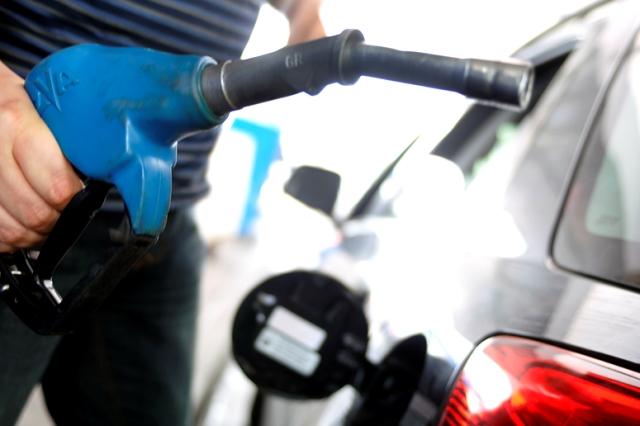 Preço da gasolina cai pela primeira vez após 14 semanas, diz ANP